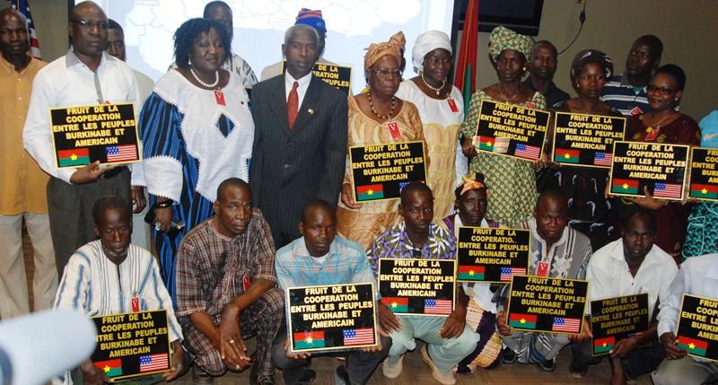 Les representants des structures lauréates, posant avec l'ambassadeur americain