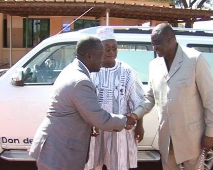 Elie Ouédraogo, le PCA de SEMAFO (à droite) remerciant après le don