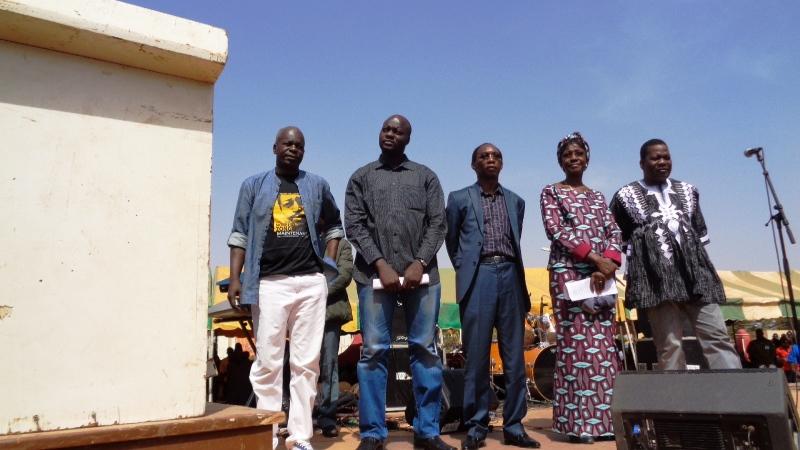 Le président de la transition (premier à g.), le ministre de la communication, le ministre de la sécurité et le ministre de la justice sur le podium ( Copyright B24)