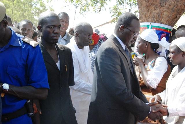 Les autorités saluant les familles des victimes à l'issue de la dernière bénédiction
