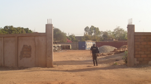 CRS au terrain rouge en construction