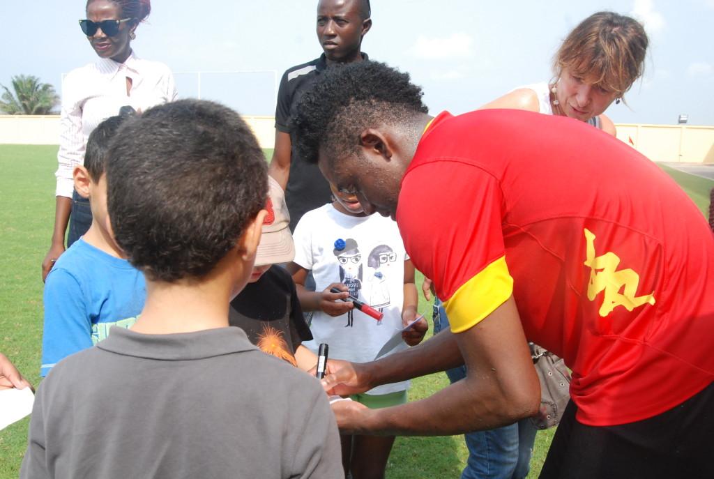 Le Burkinabè Alain Traoré se prête ici à une signature d'autographe