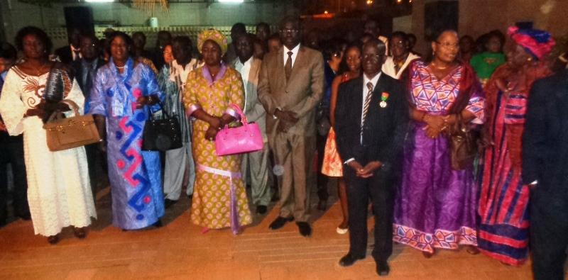 Dr Kanté Mamadou (costume noir et medaille), entouré de son épouse en robe violette, du ministre de la santé en costume kaki et des ses anciens collaborateurs