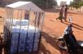 Eau minerale en vente, exposé au soleil et à la poussière