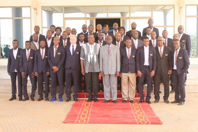 Les Etalons avec le Chef de l'Etat à l'issue de l'audience (copyright Dircom Présidence du Faso)