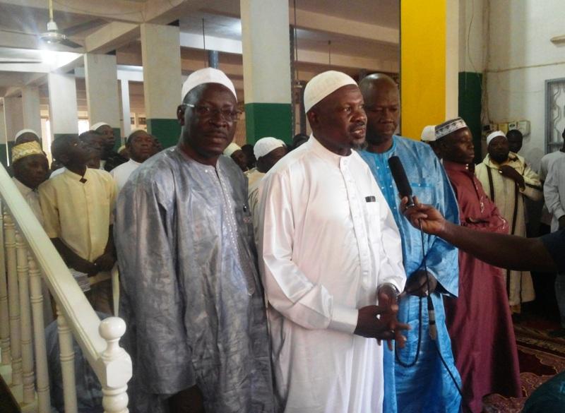 Le Président de la Communauté musulmane, El Hadj Adama Sakandé (En blanc)