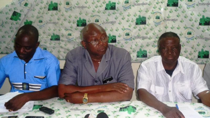 Le secrétaire général de la CNTB, Augustin Blaise Hien (au milieu), le SG de la CGT-B, Bassolma Bazié (en bleu).