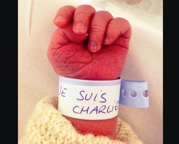 L'image représentée par un nouveau-né affublé d'un bracelet « Je suis Charlie » (Capture d'écran-Informaticien.com)