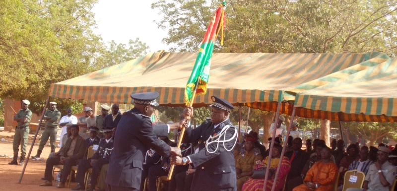 Remise du drapeau au nouveau directeur de l'ecole nationale de police (dos) par le directeurs general des ecole de police(face)©Burkina24.com