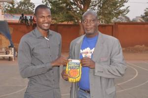 Mahamoudou Zoungrana (a droite) venu soutenir le promoteur de Moving Basketball Camp (MBC) Sylvain Zingué a reçu un fanion
