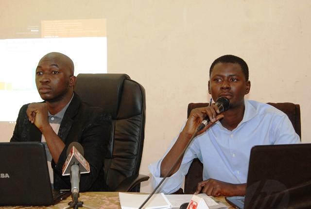 Le statisticien Roger Bemahoun (g.) et le directeur de publication délégué de Bendré, Inoussa Ouédraogo