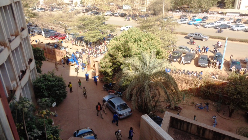 Les élèves en manifestation devant le ministère de l'enseignement secondaire