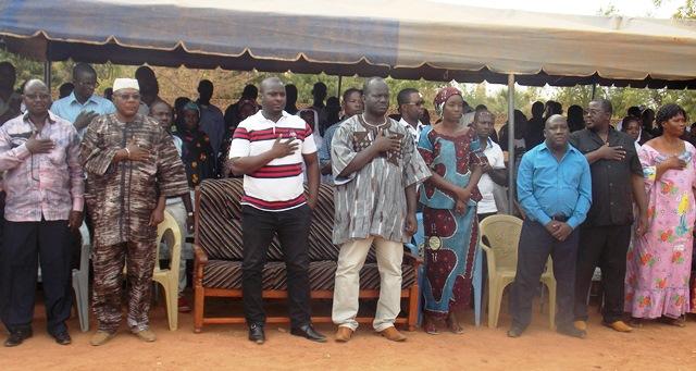 Les militants de AJIR lors de l'intonation de l'hymne du parti