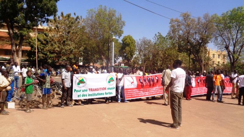 Les manifestants devant l'état-major