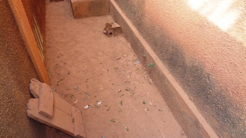 Les éclats de la bouteille sous la fenêtre sur laquelle elle a ricoché