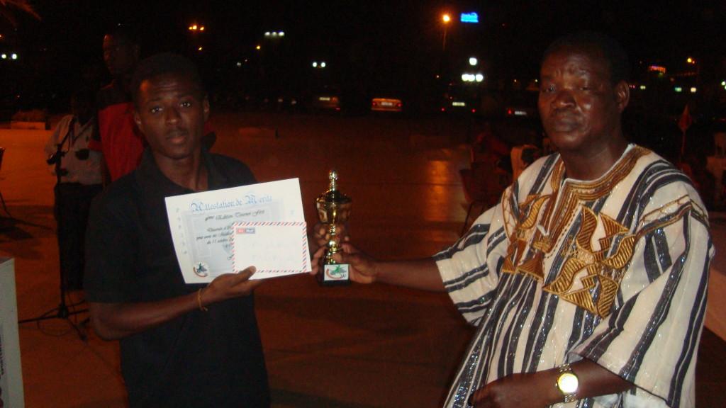 Abdoul Aziz Bonsa (droite) a remporté le titre de meilleur joueur de la compétition de football de Global First