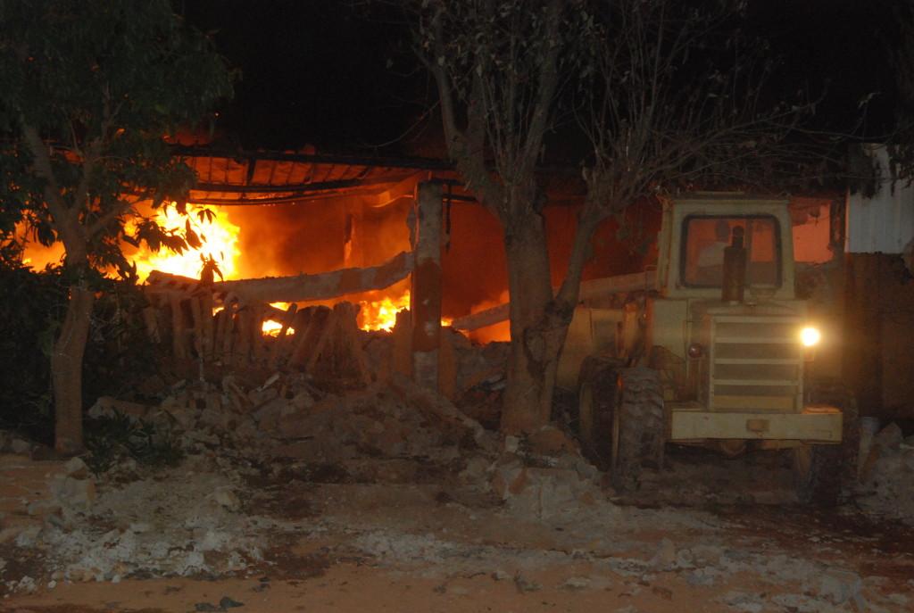 Il a fallu faire tombe un pan du mur de l'unité industrielle pour que les sapeurs-pompiers se rapprochent du feu