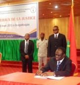 Le Président de la Transition, Michel Kafando, a procédé à la signature du Pacte national pour le renouveau de la justice, ce samedi 28 mars 2015.
