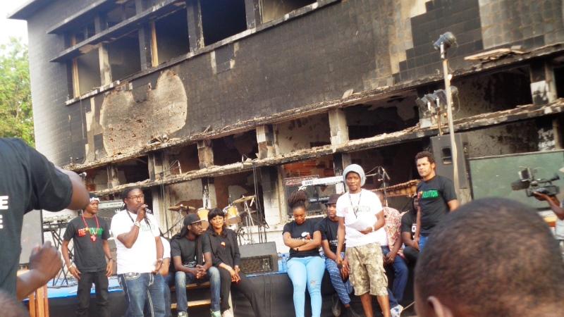 La présentation de l'album a été faite devant les ruines de l'Assemblée nationale © Burkina24