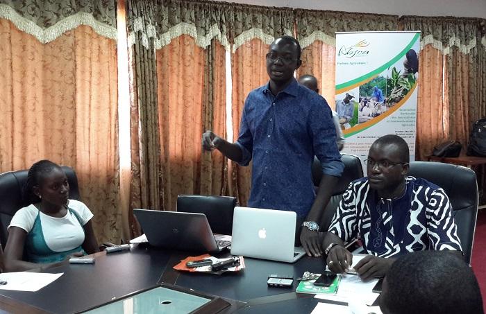 Inoussa Maïga, président de l'ABJCA (debout)