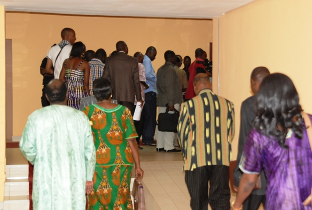 Des députés à l'entrée de la salle d'audience du CNT. Il faut montrer patte blanche © Burkina24