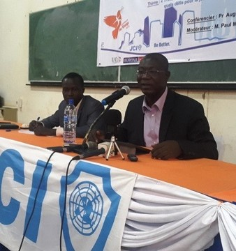 Le Pr Augustin Loada lors de la conférence organisée par Jeune chambre universitaire Ouaga Soleil © DR