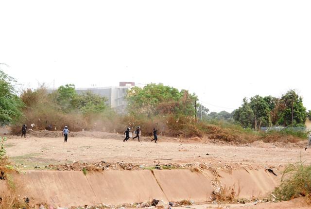 Quelques course-poursuite entre manifestants et forces de l'ordre ont marqué le début de la plénière © Burkina24