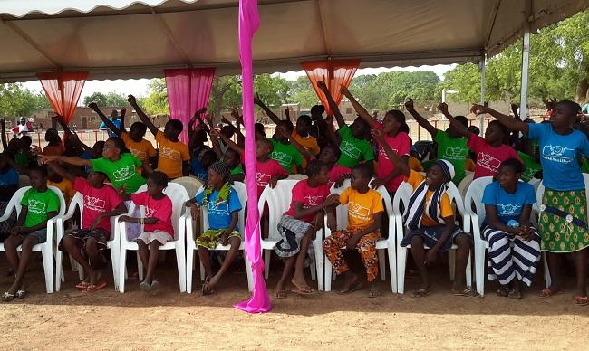 Les élèves d'Arbollé sont venus nombreux assister au lancement, et surtout profiter des cadeaux. ©B24