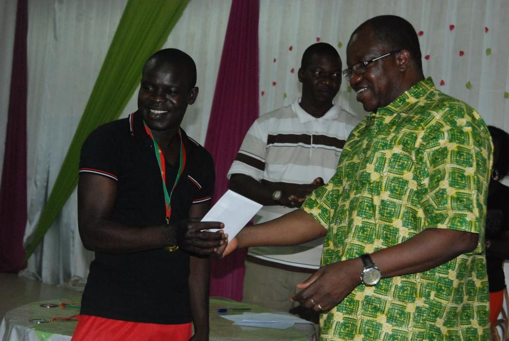 Siaka Ouattara (gauche) demeure le roi du scrabble au Burkina