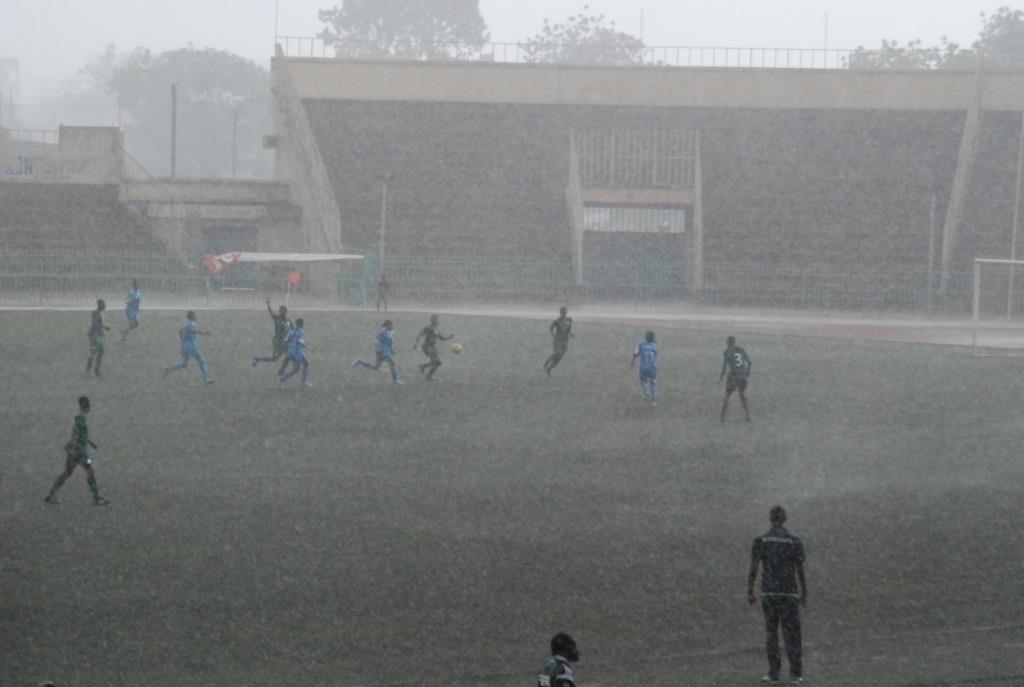 Les deux formations ont dû se débattre sous une forte pluie pendant toute la première mi-temps