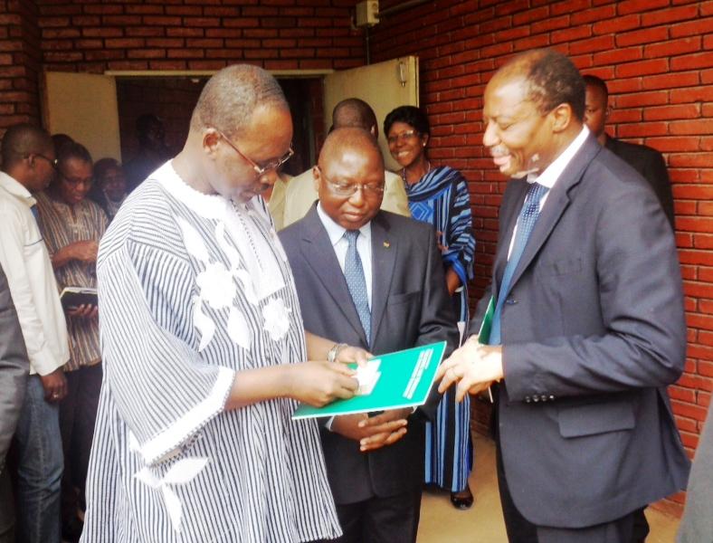 Le Premier ministre, le ministre du développement de l'économie numérique et le Vice-président de ICANN pour l'Afrique lors de la réunion d'information. (©Burkina24)