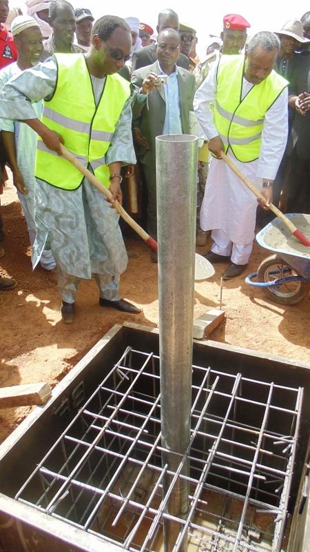 Le ministre Auguste Denise Barry et son homologue nigérien, Massoudou Hassoumi construisant symboliquement la première borne frontière entre les deux Etats. (©Burkina24)