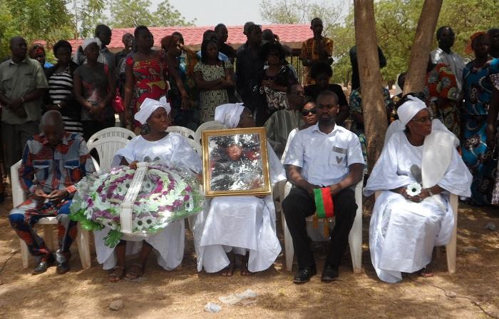 Le frère, les enfants et l'épouse du regretté  lors de l'inhumation. ©B24