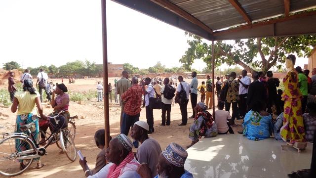 Journalistes et curieux font le pied de grue © Burkina24