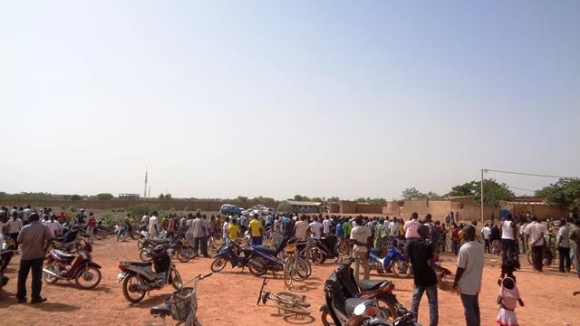 Les curieux regardant de loin le cimetière © Burkina24