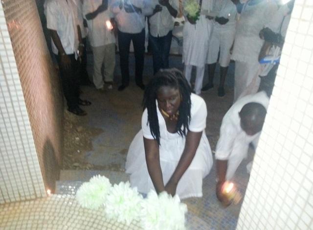 Cendrine Nama déposant une gerbes au pied du Monument des droits humains © Burkina24