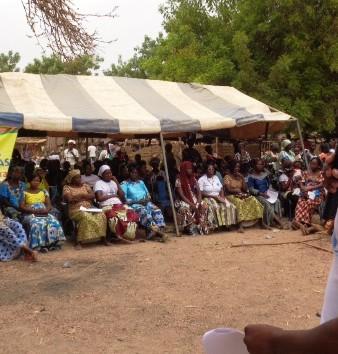 """Le député Casimir Sawadogo  expliquant le """"nouveau code"""" aux habitants de Bassinko  © Burkina24"""