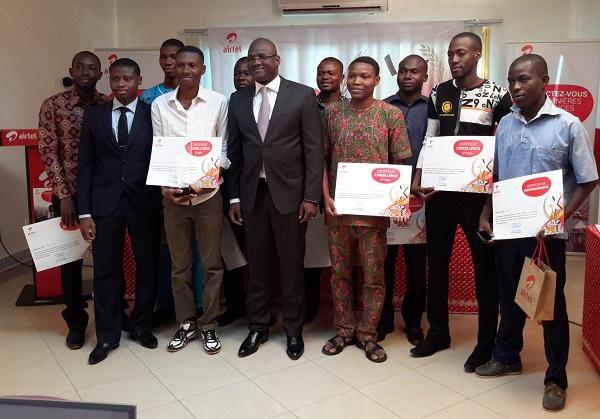 Les dix finalistes posent avec le DG Airtel et le président du Jury - ©B24