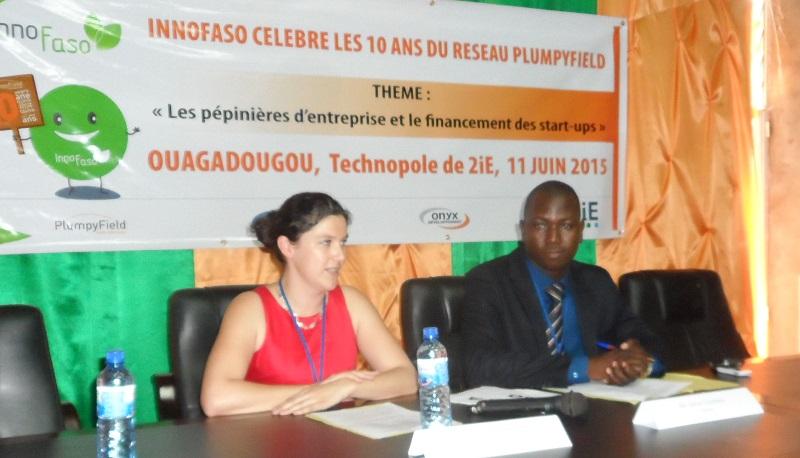 Faustine Lescanne, Directrice de la communication Nutriset, et Omar Coulibaly, DG de InnoFaso, pour leurs discours à l'ouverture de la journée Plumpyfield. ©B24