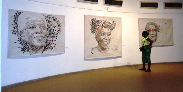 Les portraits de Nelson Mandela, Wangari Matai et Léopold Sedar Senghor à l'exposition de Koffi Mens