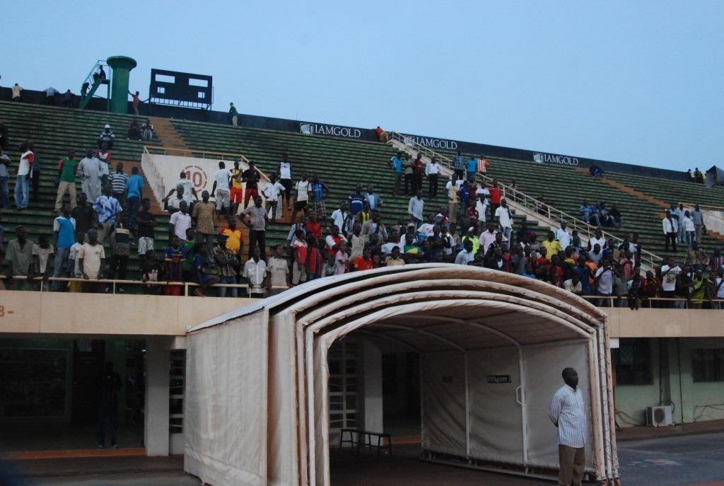 Quelques supporters sont restés même après la sortie des joueurs du stade