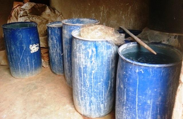 """Les fûts dans lesquels était """"fabriqué"""" le savon © Burkina24"""