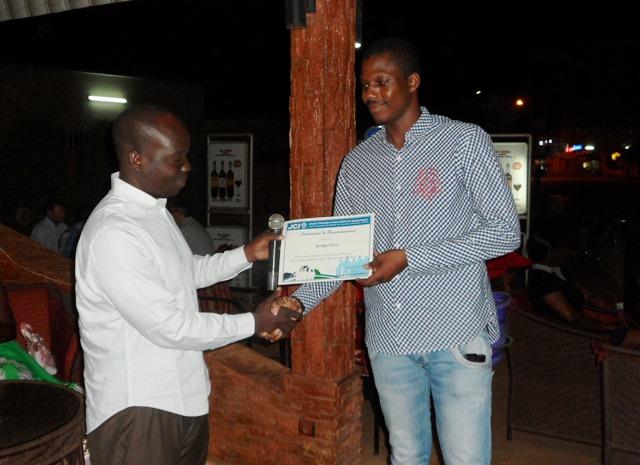 Le DG de Burkina 24 (à droite) recevant l'attestation de reconnaissance donnée par le JCI Ouaga. ©B24