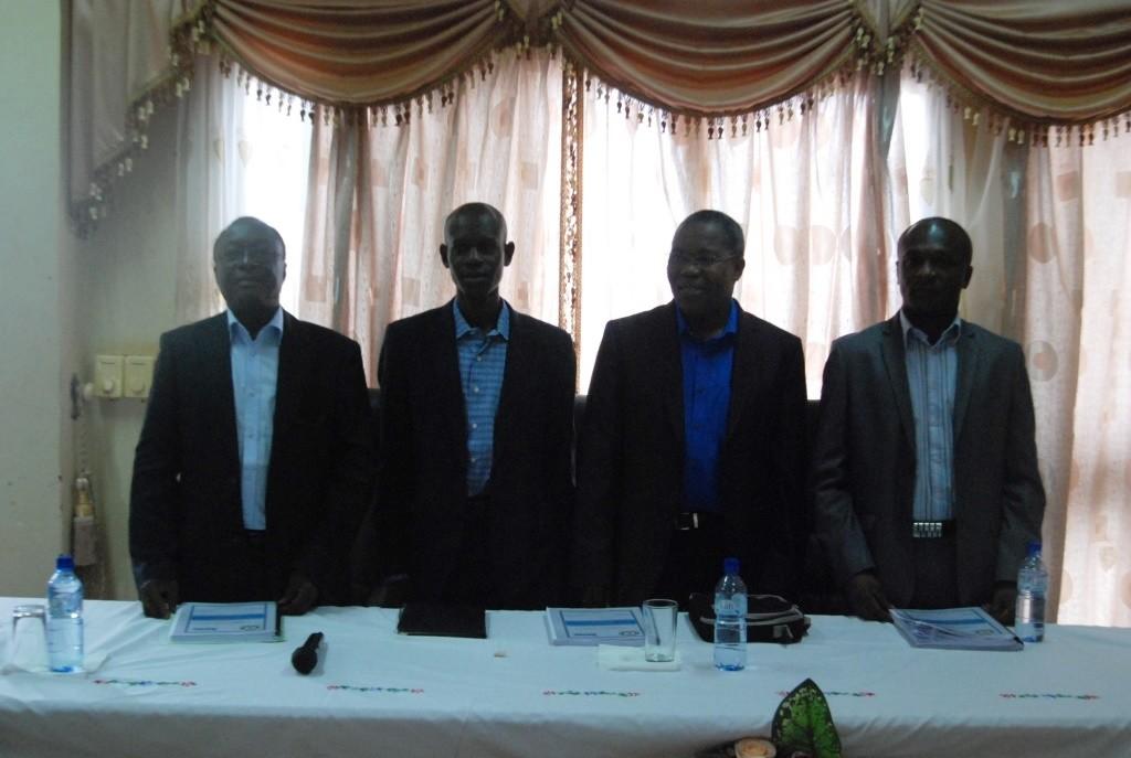 Seydou Nacro (2ème à partir de la gauche) est reconnait le marché Rood Wooko constitue un espace de formation l'opinion publique