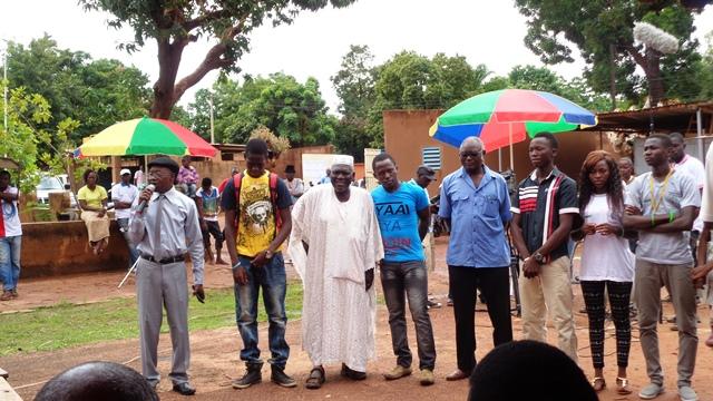 Missa Hébié (micro) avec quelques acteurs de la série  © Burkina24