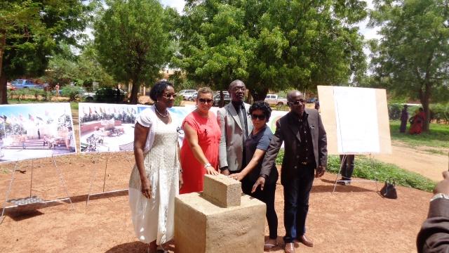 Les parents de victimes posant sur le lieu prévu pour l'érection de la stèle