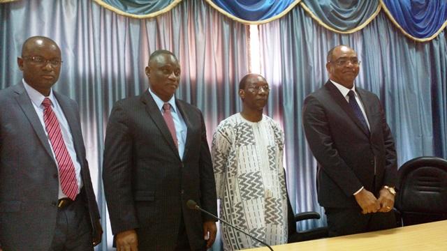 Les ministres entrants et sortant en compagnie du SG du gouvernement (extrême droite)  © Burkina24