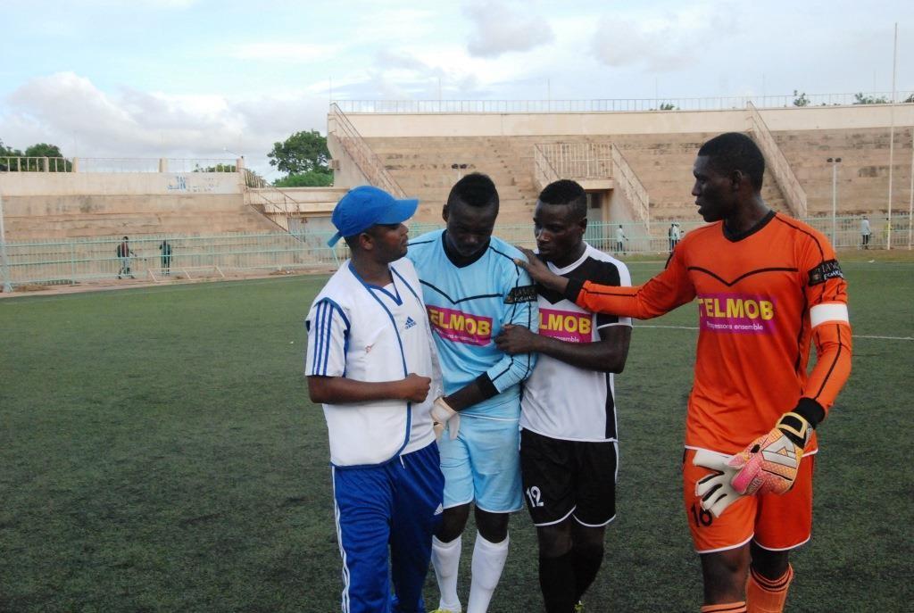 Baba Zongo le portier de l'EFO (droite) est allé encouragé le jeune gardien du RCB Hervé Kouakou Koffi après la séance des tirs au but
