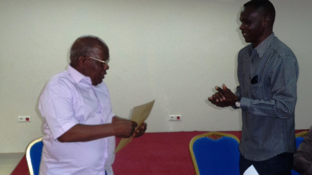 Le pasteur Samuel Yaméogo (à gauche) recevant le message de ses hôtes