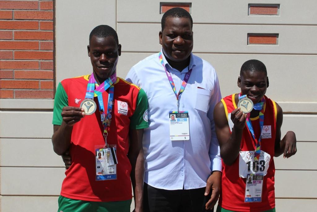 Le ministre des Sports et des Loisirs Kabré (milieu) en compagnie de deux médailles des Jeux de Special Olympics